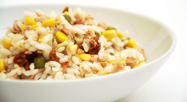 Insalata di riso con pollo e sedano