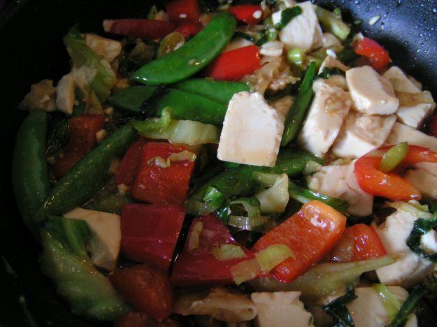 Insalata di verdure con noci e tofu