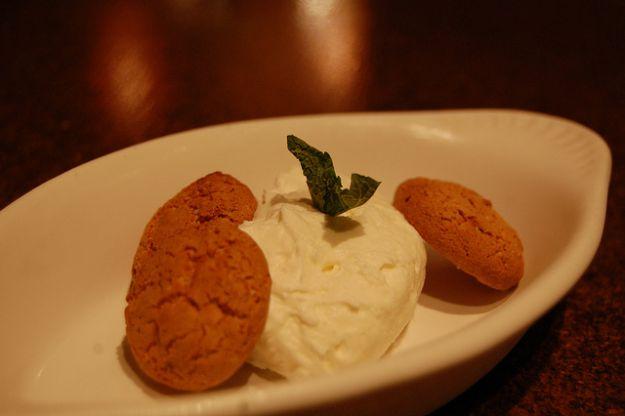 mousse di cioccolato bianco con amaretti