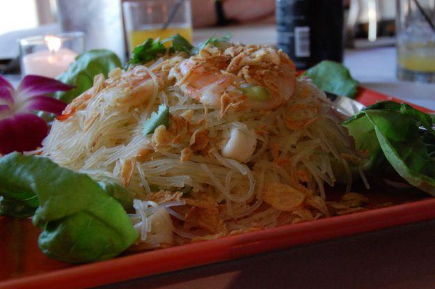 Noodles al pesto di noccioline con gamberi