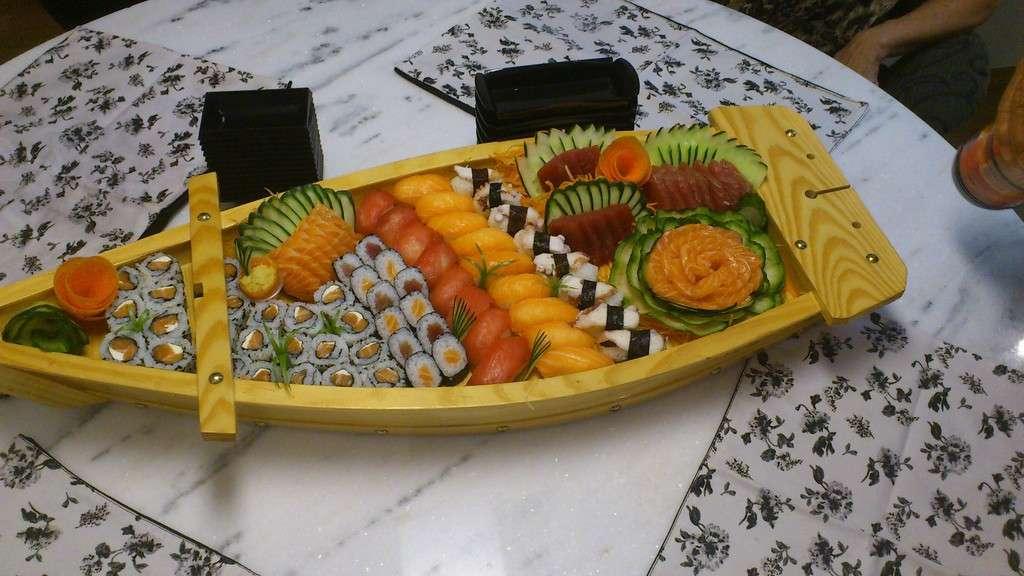 Barca sushi e sashimi salmone