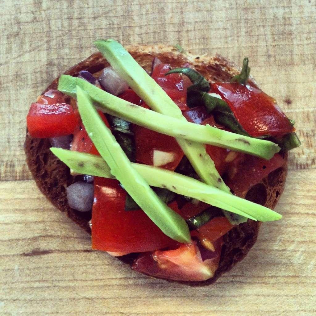 Bruschette con pomodoro, cipolla e avocado