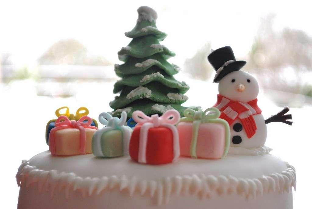 Torta con regali e pupazzo di neve