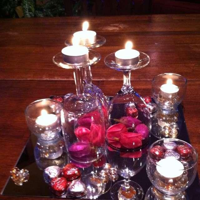 Candele e petali di rose per creare atmosfera