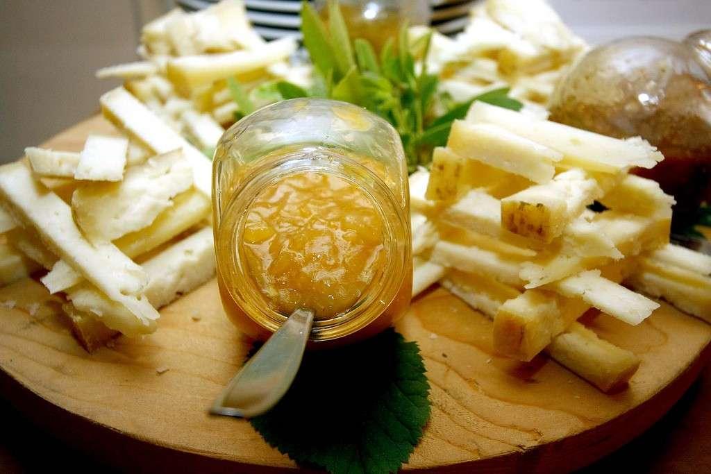 Antipasto di formaggi con confettura