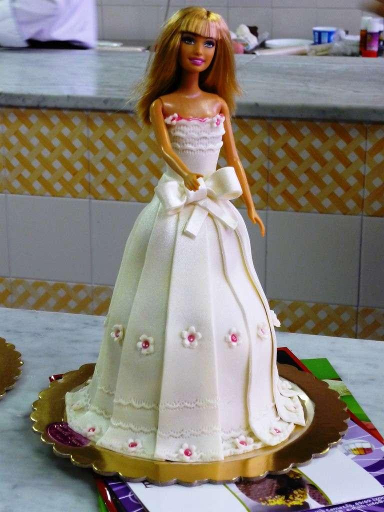 Barbie sposa come decorazione torta