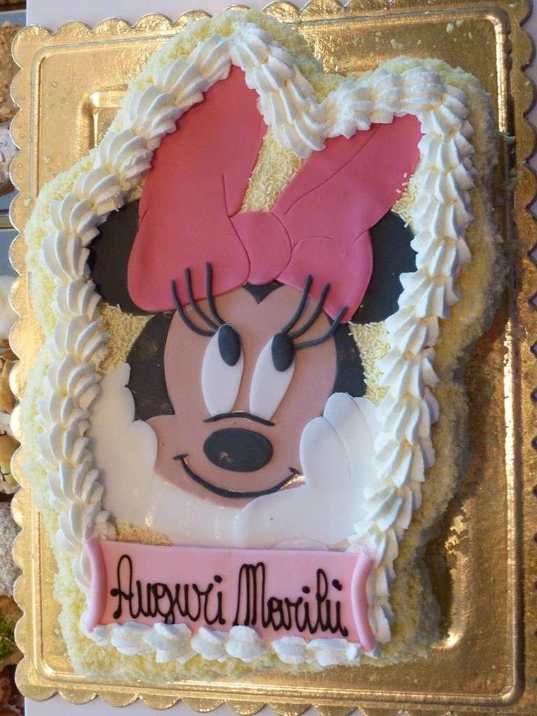 Decorazione torta Minnie con pasta di zucchero e panna