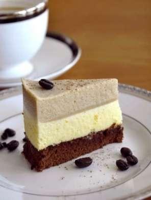 Torta con crema al mascarpone, caffè, cioccolato e nocciola