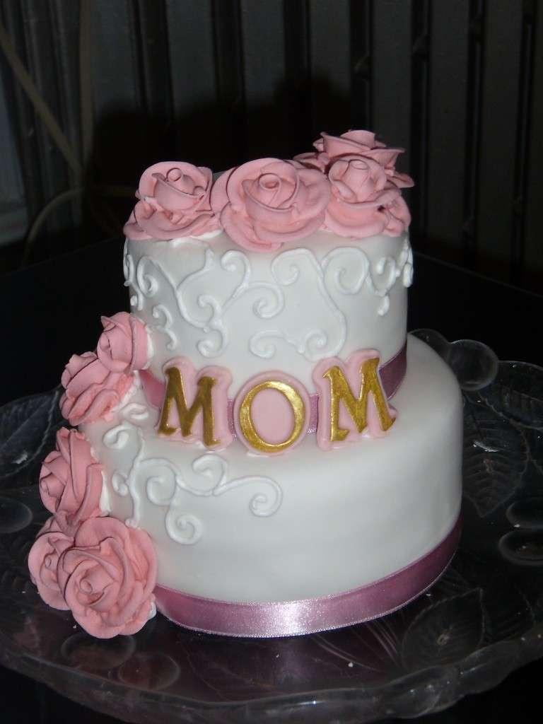 Cascata di rose in pasta di zucchero come decorazione