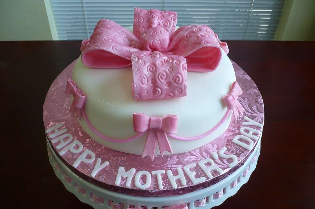 Decorazioni rosa e bianca per torta della mamma