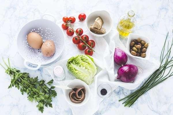 Insalata con ingredienti estivi