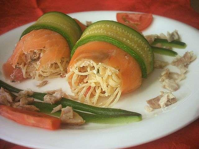 Cappelletti allo sgombro coperti da salmone e zucchine