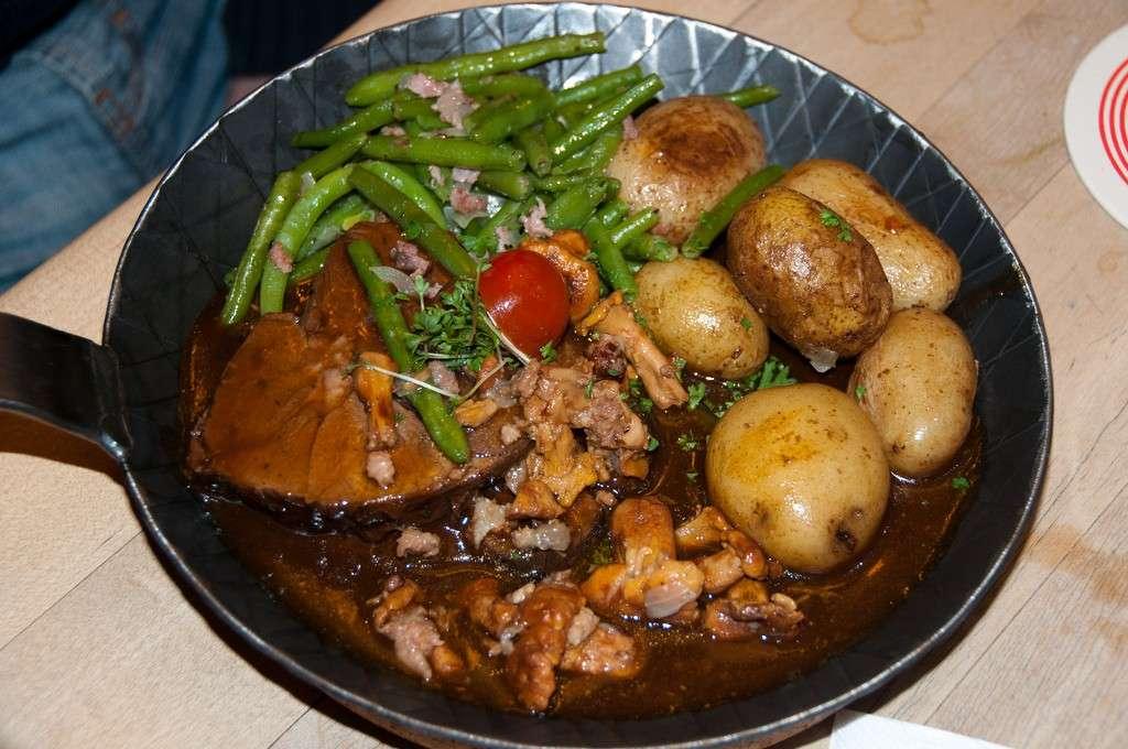 Carne di bue con salsa di verza e patate bollite