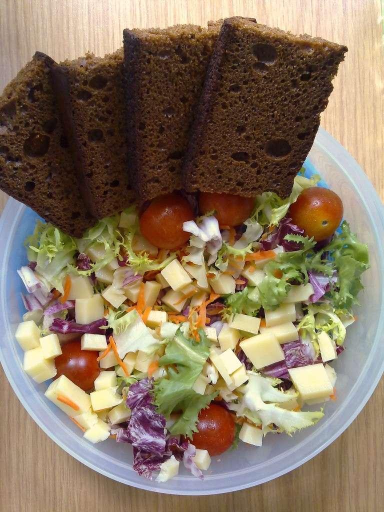 Insalata fresca con pane di segale