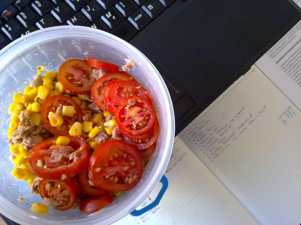 Insalata pomodori e mais per pranzo