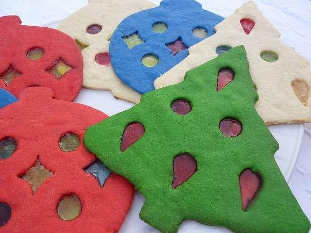 Biscotti a forma di albero come decorazione natalizia