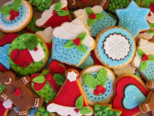 Biscotti colorati da appendere all'albero di Natale