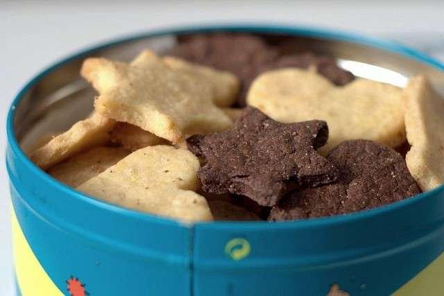 Biscotti con scatola di latta
