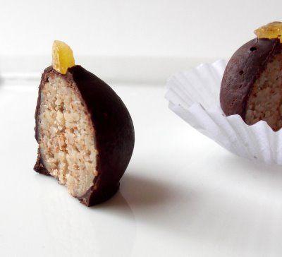 Palline di marzapane e cioccolato ripiene di noci