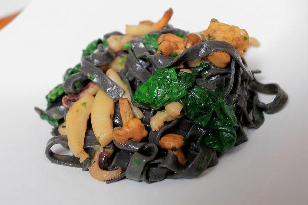 pasta con funghi e seppie in nero