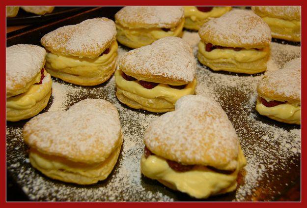 pasticcini di pasta sfoglia con crema e fragole per san valentino