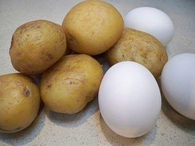 Insalata di patate, uova e germogli di soia