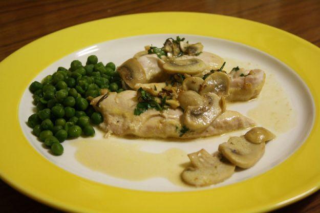 petto di pollo con piselli e funghi