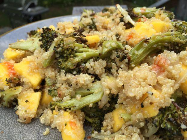 Quinoa con broccoli e mango