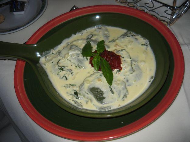 Ravioli di pesce con salsa di panna e zucchine