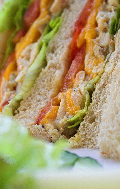 Sandwich di pollo e mango