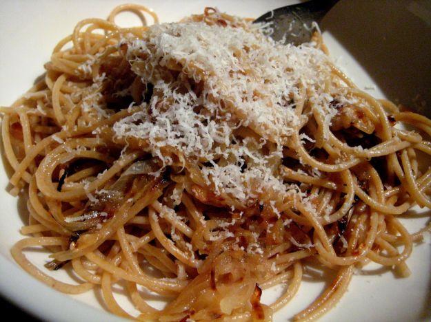 spaghetti con cipolla rossa