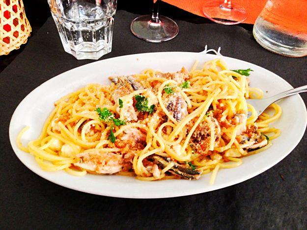 spaghetti con mozzarella e acciughe