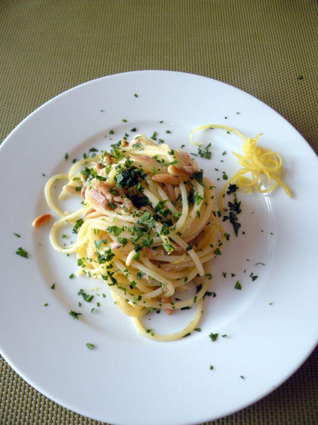 spaghetti con tonno pinoli e limone