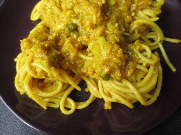 spaghetti con uova e capperi