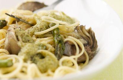 spaghetti di primavera con carciofi, asparagi, piselli e bietola