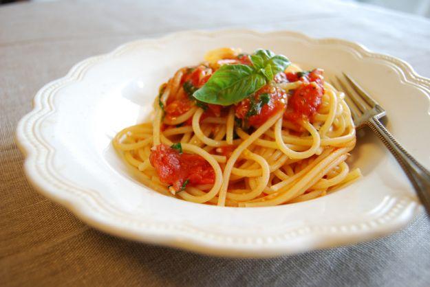 spaghetti pomodoro e pinoli