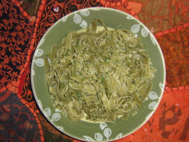 tagliatelle con pistacchi e pesto di erbe aromatiche