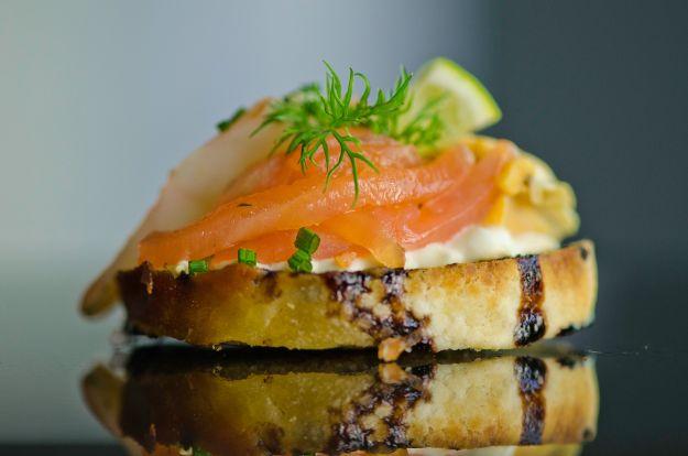 Tartine con salmone, olive verdi e aneto