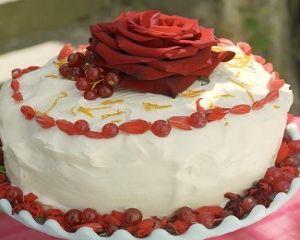 Torta ai petali di rosa e fragoline di bosco