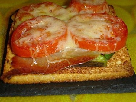 Toast aperto all'avocado
