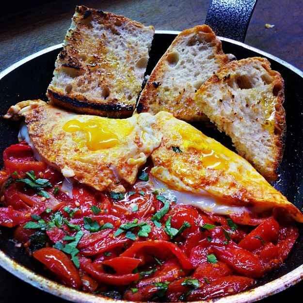 uova al tegame con peperoni e pomodori