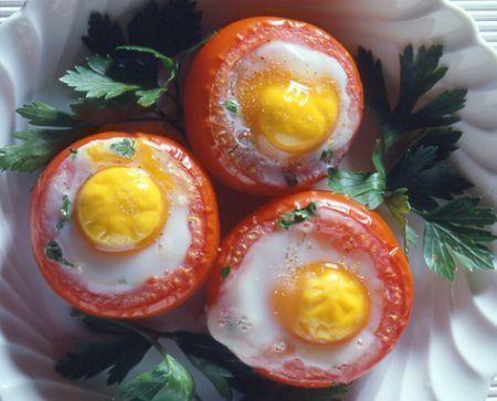Pomodori con uova in camicia