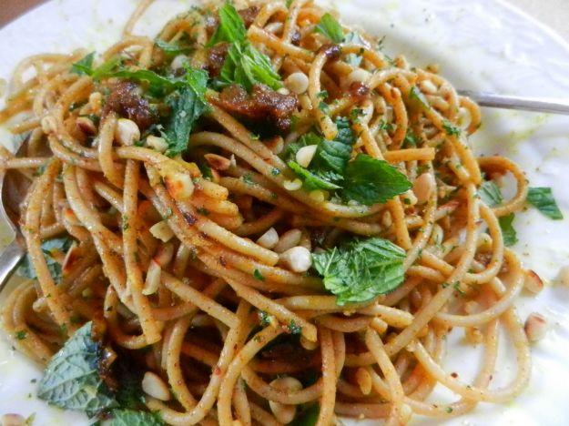 Spaghetti con crema di zucchine, guanciale e menta