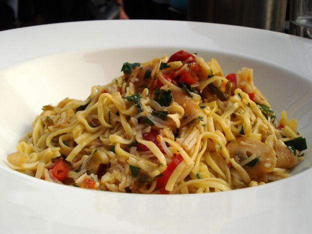 Tagliolini con triglie, pomodorini, olive e prezzemolo