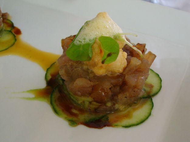Tartare di tonno con salsa agropiccante e insalata di arance e zucchine