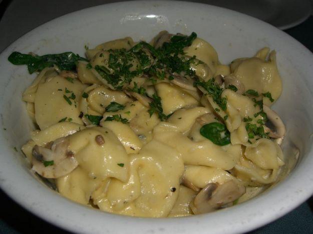 Tortellini con rucola, funghi e gorgonzola