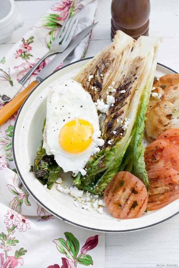 uova con insalata alla griglia