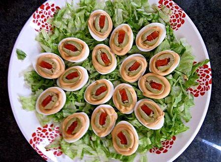 Uova sode ripiene alle olive farcite